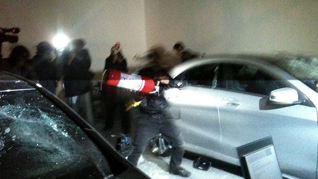 Black Bloc ataca carro com extintor de incêndio, em São Paulo