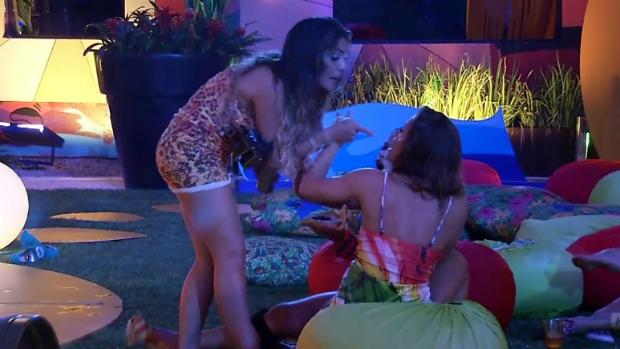 Anamara se exalta durante festa, no BBB 13