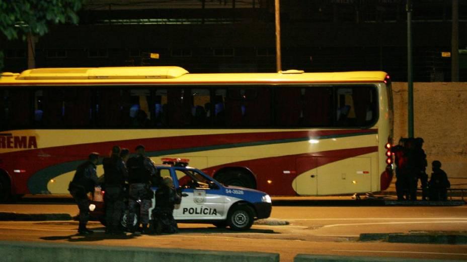 Ônibus é sequestrado por dois bandidos no Rio de Janeiro