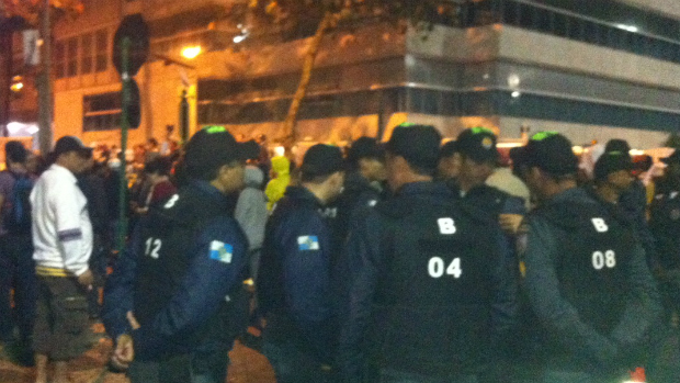 Policiais acompanham protestos com as fardas identificadas