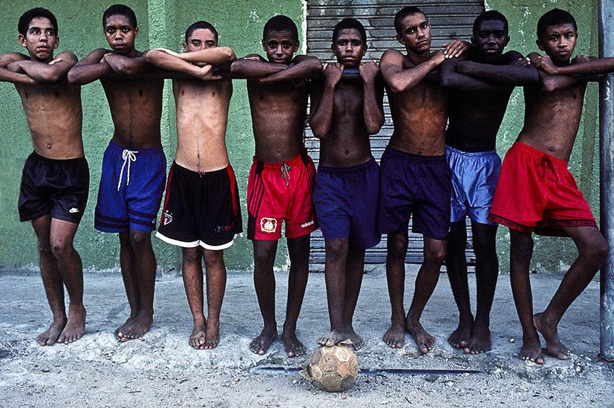 Grupo de amigos da favela do Jacarezinho, no Rio de Janeiro, faz pose depois de um jogo de futebol no campo de terra da comunidade, em 1998