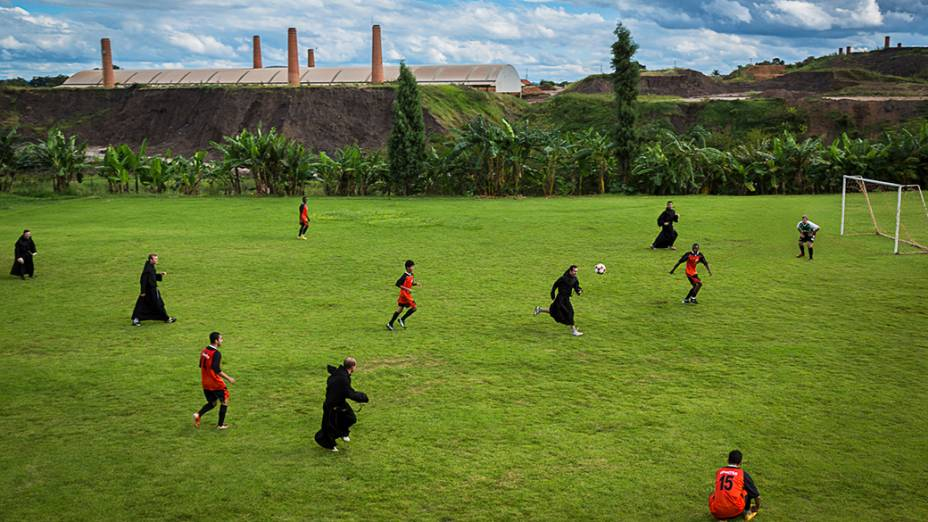 Padres do Seminário São Tomás de Villanova na cidade de Ourinhos, em São Paulo jogam partida de futebol contra o time de seminaristas
