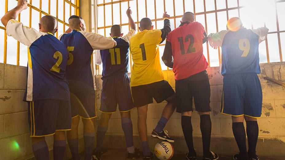 Menores da Fundação Casa em São Paulo, vestidos para um jogo de futebol