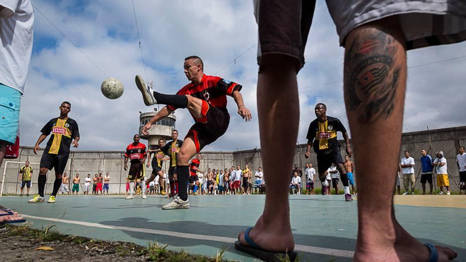 Detentos jogam futebol em uma das quadras da Penitenciária Desembargador Adriano Marrey, em Guarulhos, na Grande São Paulo