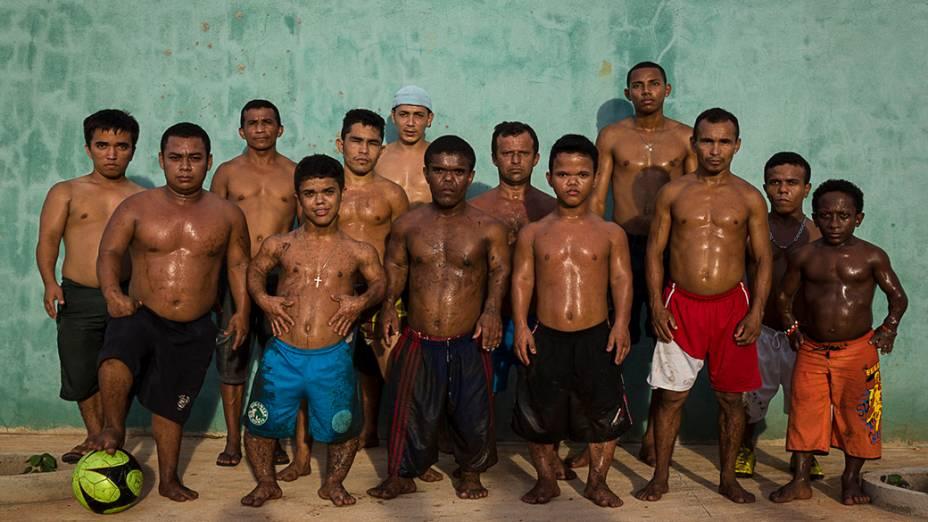 """Os """"Gigantes do Norte"""" time de futebol formado por anões criado em 2007. O grupo viaja extensivamente por todo o Brasil para disputa de jogos amadores contra adolescentes, crianças e também veteranos. Foto tirada no Maranhão, em 2013"""