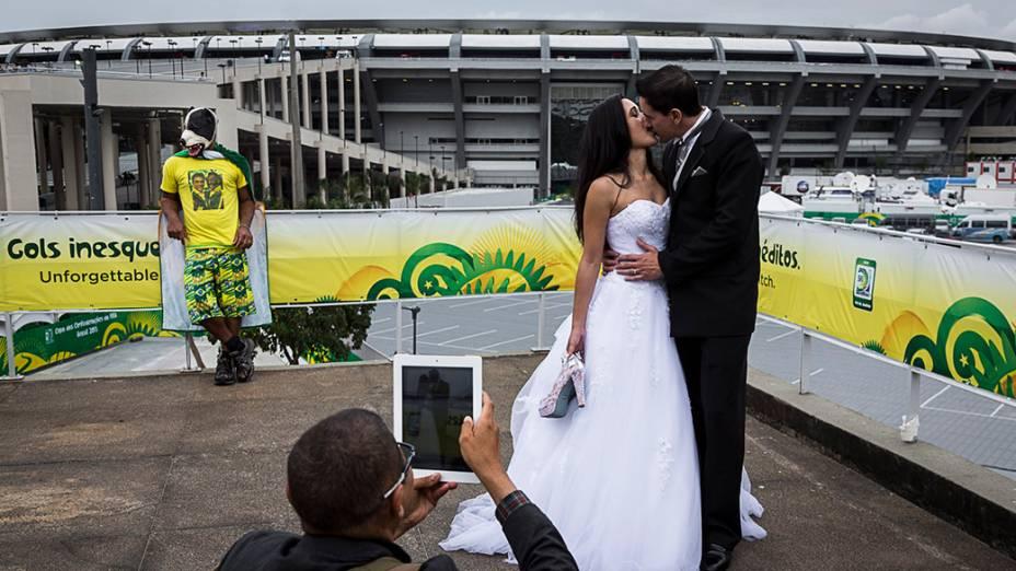 Casal recém-casado faz sessão de fotos para abençoar sua união, indo para os locais sagrados do estádio do Maracanã, o mais venerado do mundo no dia da final da Copa das Confederações entre Brasil e Espanha em 2013
