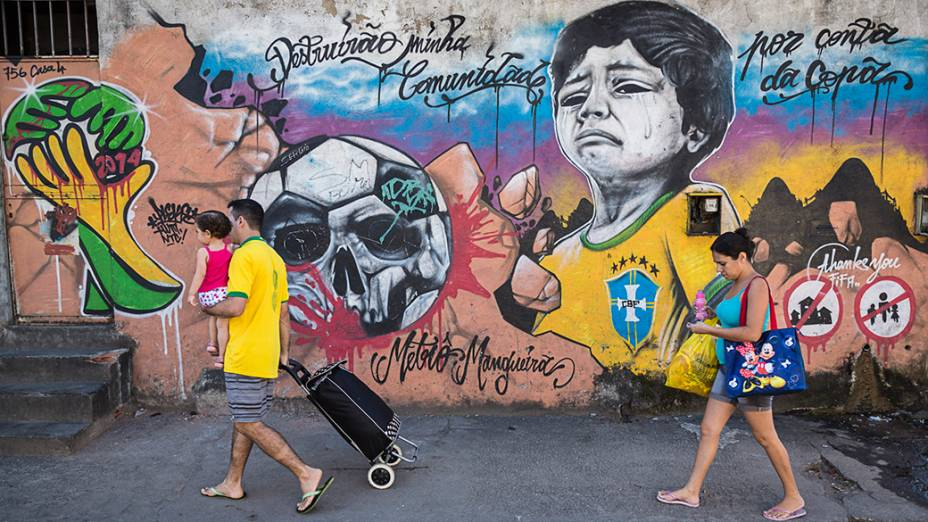 Mural reproduzindo uma famosa fotografia da Copa de 1982, retrata um jovem vestido com camisa da seleção brasileira chorando por causa da expulsão que ele e sua família vão sofrer devido à proximidade de sua casa com o estádio do Maracanã, no Rio de Janeiro