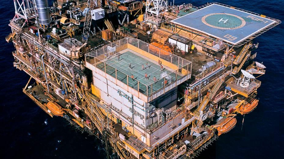 Funcionários gastam tempo livre para jogar futebol em cima de uma plataforma de petróleo da Petrobras, no Oceano Atlântico, em 1997