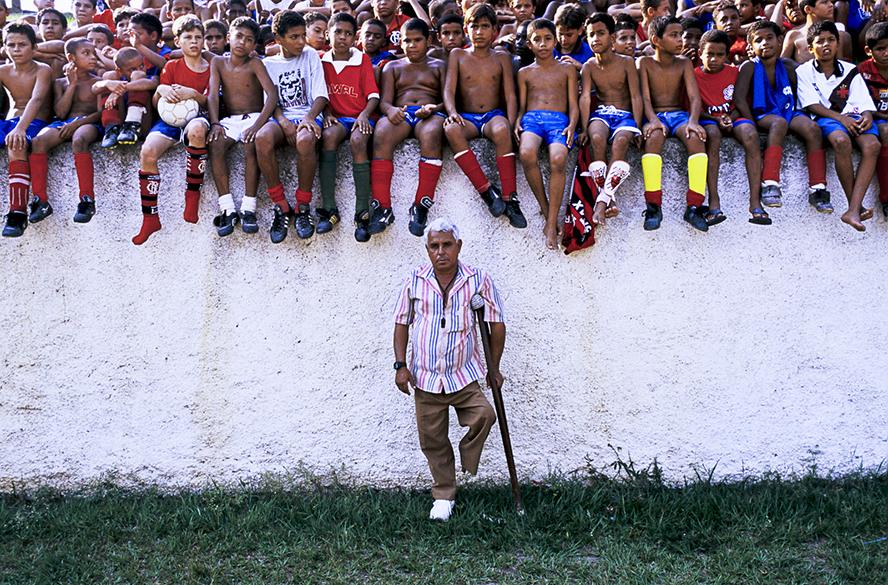Miroca, um caçador de talentos em meio a um grande grupo de jovens aspirantes à procura de uma oportunidade no futebol, no Rio de Janeiro em 1997