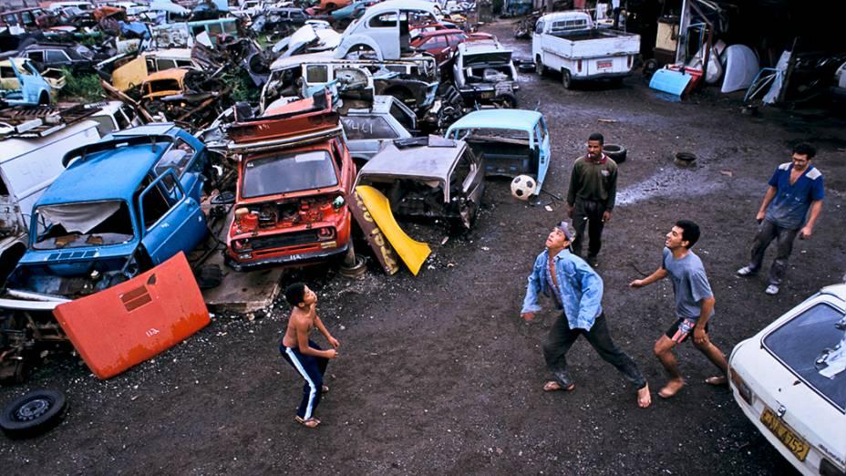 Meninos improvisam uma pelada, dentro de um ferro-velho em São Paulo - 1997