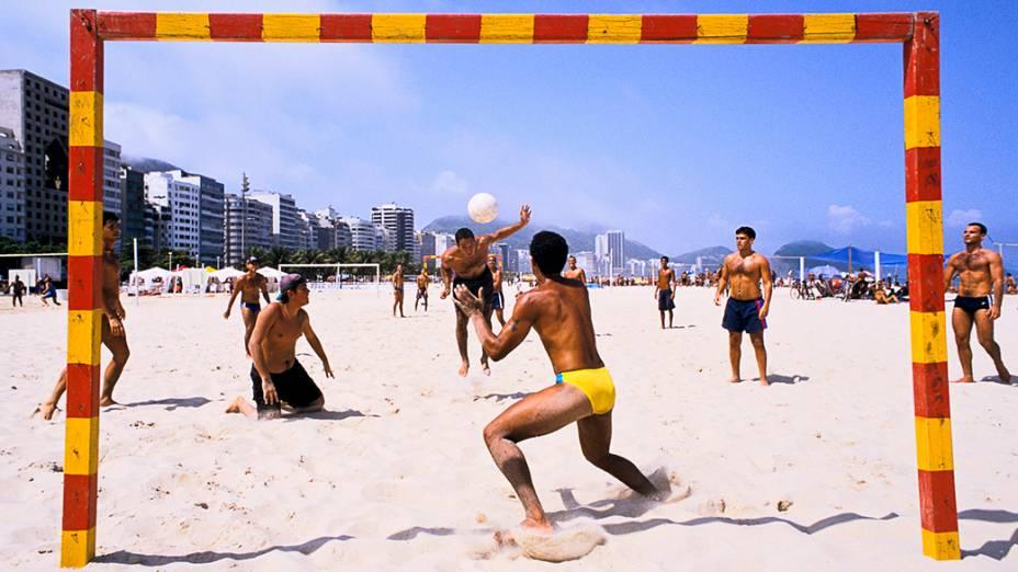 Grupo de amigo improvisa uma pelada na praia de Copacabana, em 1997
