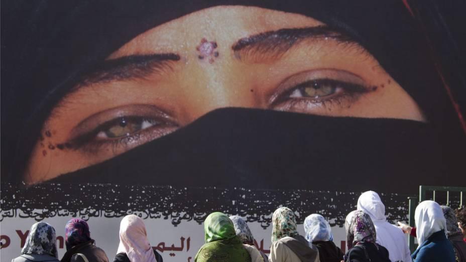 Imagem de mulher iemenita com véu promove exposição fotográfica no Museu Islâmico de Jerusalém, em Israel