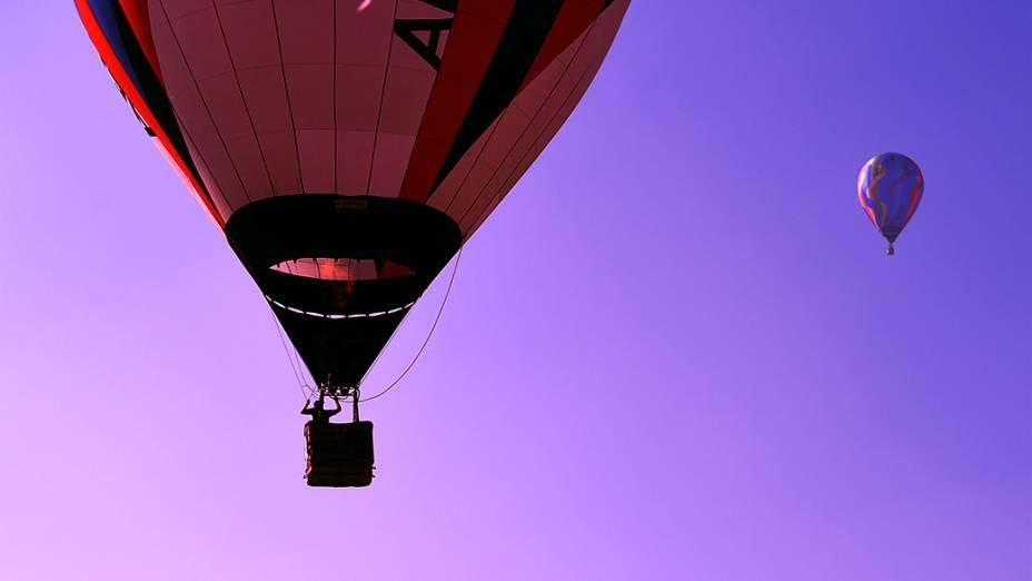 Pilotos se preparam para pousar no aeroporto da cidade de Rio Claro, durante o Mundial de Balonismo