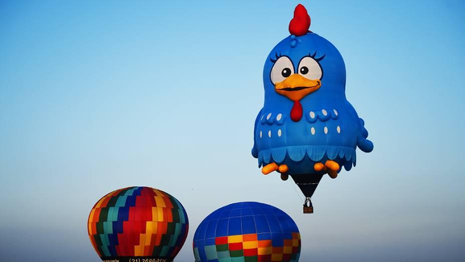 Balão special shape da personagem Galinha Pintadinha durante o Mundial de Balonismo em Rio Claro, no interior paulista
