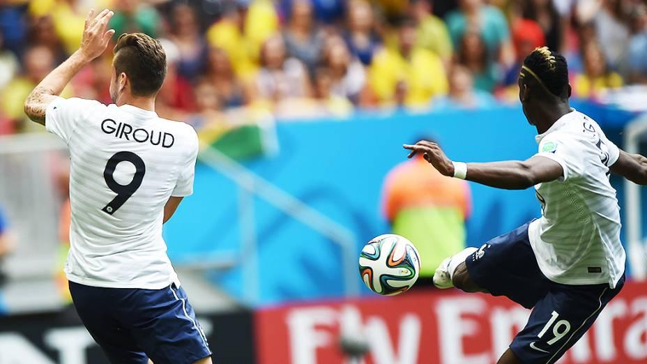 O francês Pogba chuta a bola de primeira contra o gol da Nigéria no Mané Garrincha, em Brasília