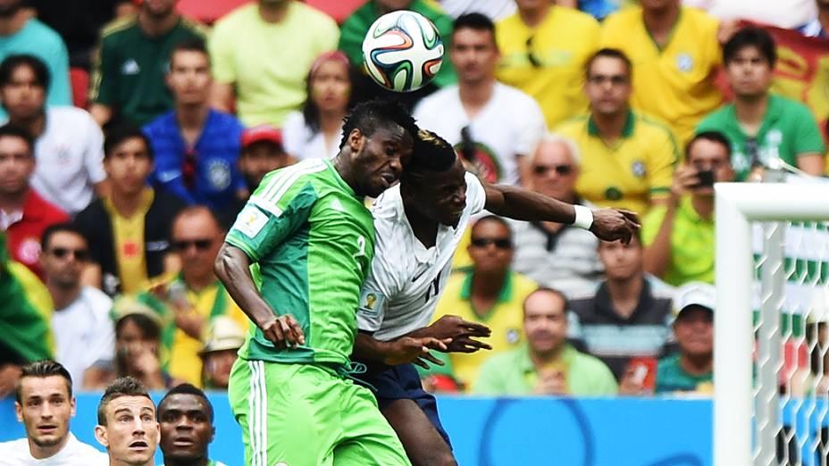 Jogadores de França e Nigéria disputam a bola de cabeça no Mané Garrincha, em Brasília