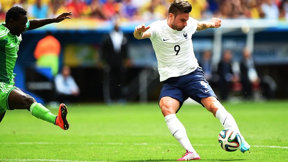O francês Giroud chuta contra o gol da Nigéria no Mané Garrincha, em Brasília