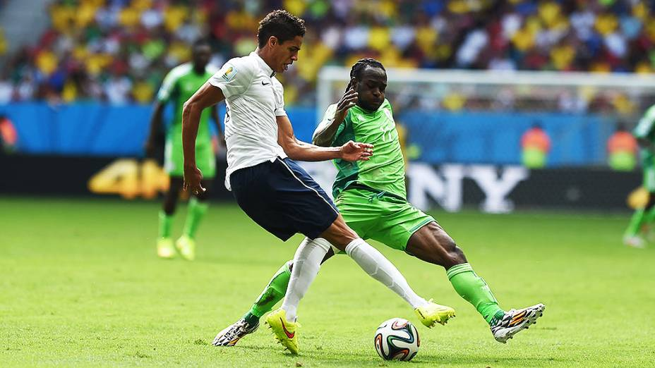 Jogadores de França e Nigéria disputam a bola no Mané Garrincha, em Brasília