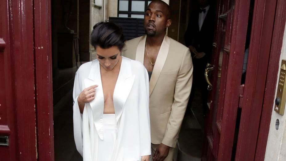 Kanye West e Kim Kardashian ao sair de sua residência em Paris