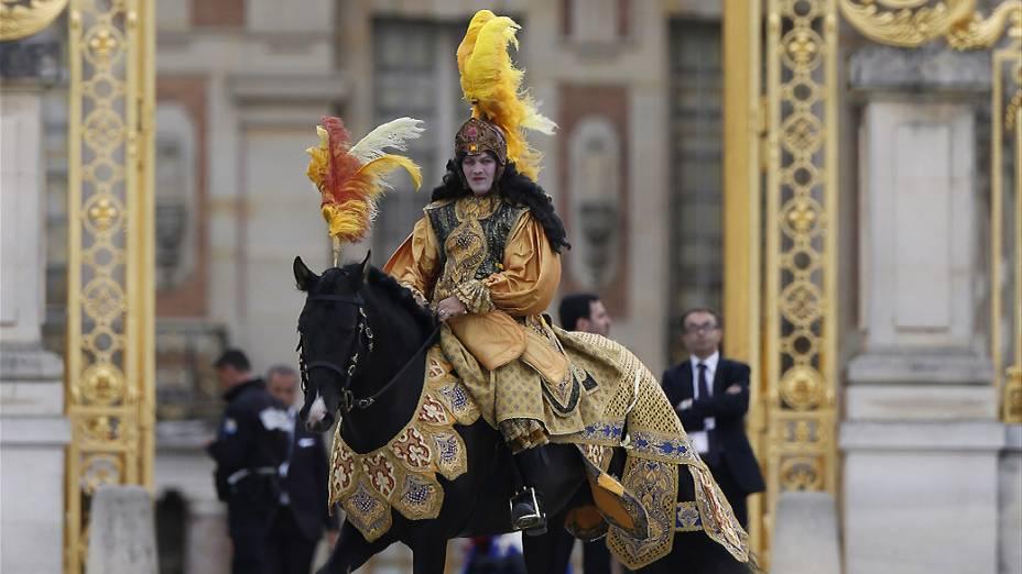 Cavaleiro recebe os convidados de Kim Kardashian e Kanye West no Palácio de Versalhes