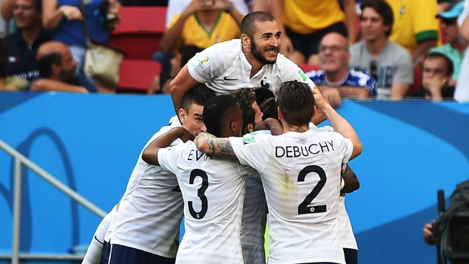 Jogadores da França comemoram gol contra a Nigéria
