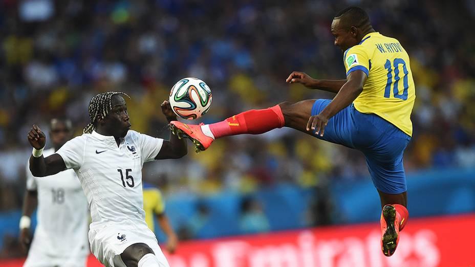 O equatoriano Walter Ayoví pula para chutar a bola no jogo contra a França no Maracanã, no Rio