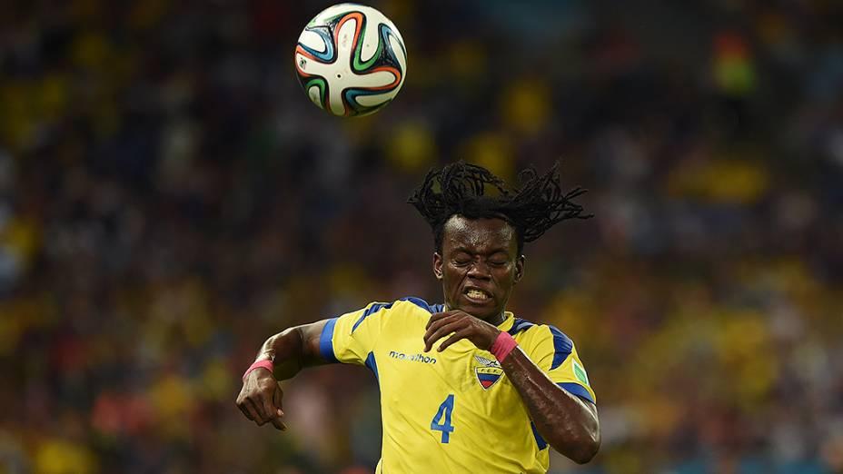 Paredes, do Equador, durante o jogo contra a França no Maracanã, no Rio