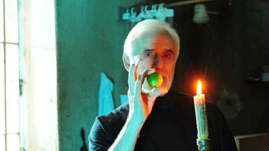 Francisco Cuoco durante cena de ilusionismo da novela<em> O Astro</em>, da Rede Globo