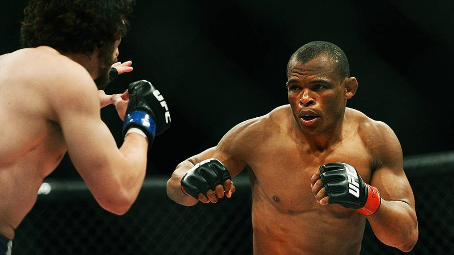 """O brasileiro Francisco Trinaldo """"Massaranduba"""" vence o americano Mike Rio no UFC Jaraguá do Sul, norte de Santa Catarina"""