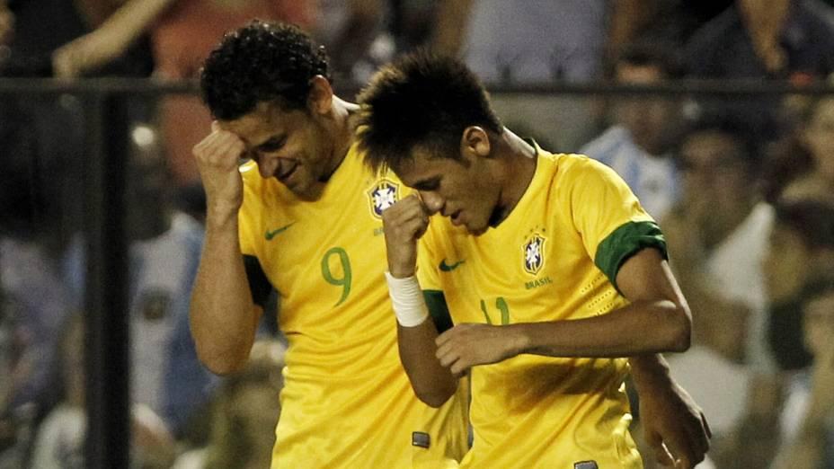 Fred e Neymar celebram o gol do Brasil no Superclássico das Américas, em Buenos Aires