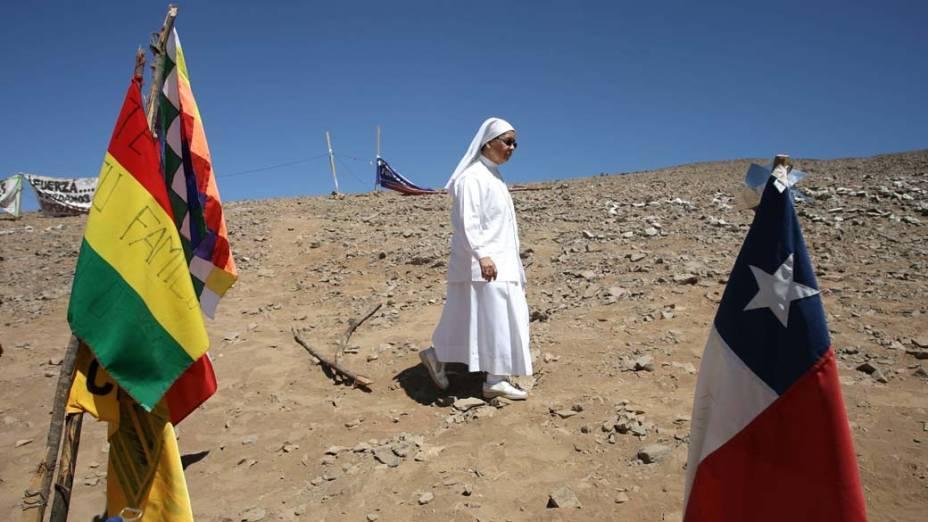 Em Copiapó, no Chile, freira caminha na mina de San José para acompanhar o resgate dos 33 mineiros presos há dez semanas