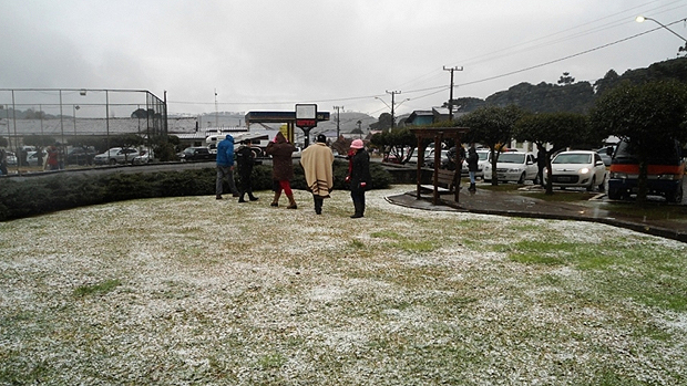 Frio intenso em Urupema (SC) faz a neve dar as caras transformando a paisagem na cidade mais fria do Brasil