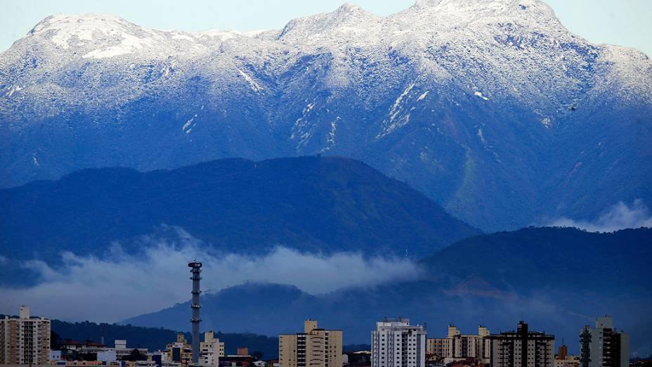 O Morro do Cambirela, em Palhoça, cidade vizinha à capital catarinense, amanheceu com o topo coberto de neve