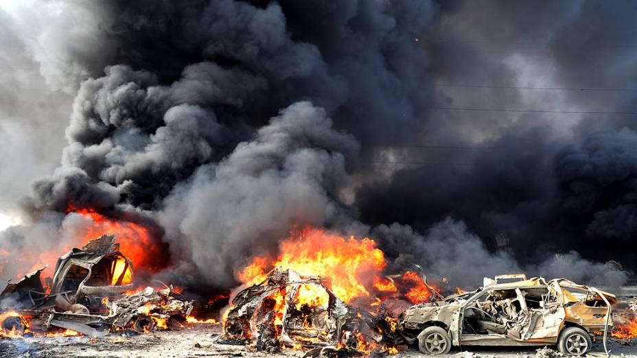 Carros pegam fogo após explosão de duas bombas que provocaram 55 mortes e deixam dezenas de pessoas feridas em Damasco, na Síria