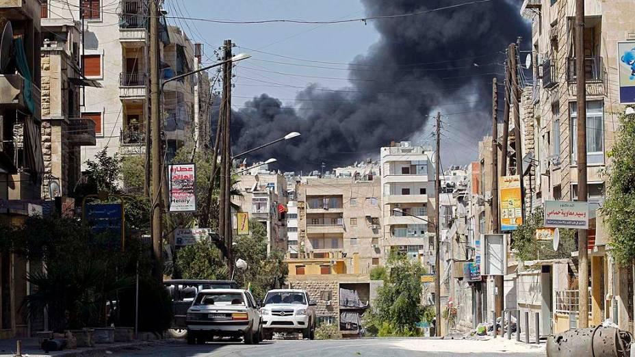Fumaça após lançamento de míssel pela força aérea do governo sírio, em Aleppo