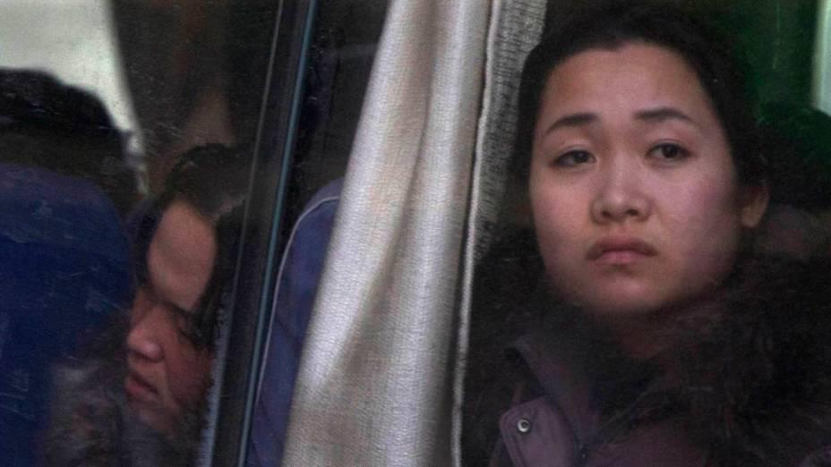 Funcionária norte-coreana de hotel chinês retorna a seu país natal em ônibus na cidade de Dandong, China