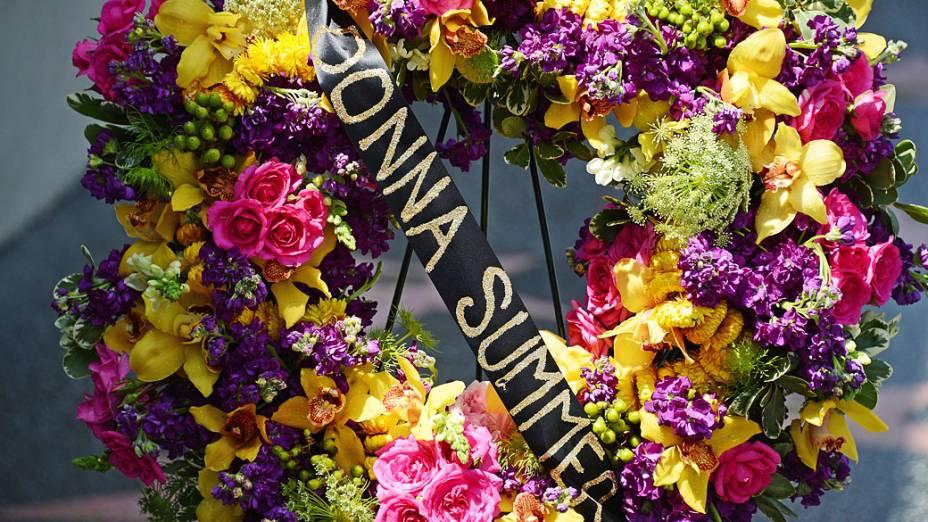 Coroa de flores é colocada sobre a estrela da cantora Donna Summer na Calçada da Fama, em Hollywood