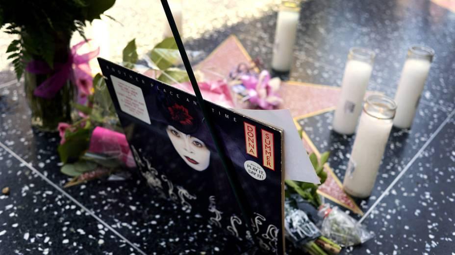 Fãs depositam velas e flores sobre a estrela da cantora Donna Summer na Calçada da Fama, em Hollywood
