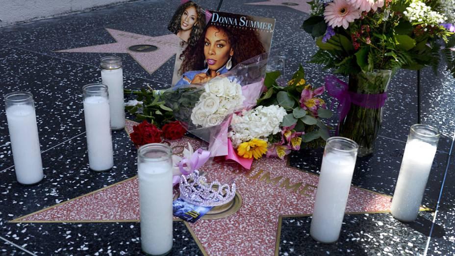 """Donna Summer, que ficou conhecida como a """"Rainha da música Disco"""", recebe homenagem dos fãs na Calçada da Fama, em Hollywood"""