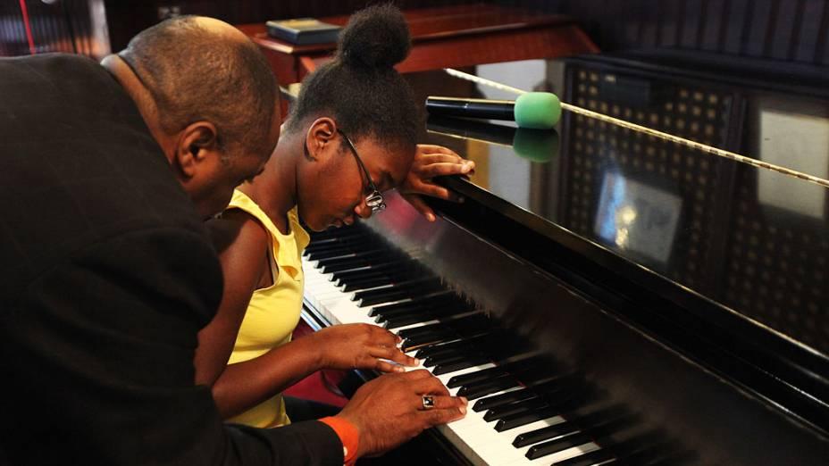 """Hakim Lei dá aula de piano a Katiana Michel Nelson de 12 anos, na igreja que Donna Summer costumava frequentar e onde era conhecida por """"irmã Summer"""""""