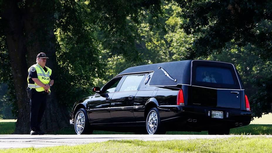 Carro fúnebre deixa o serviço memorial da Igreja Presbiteriana em Nashville, Tennessee