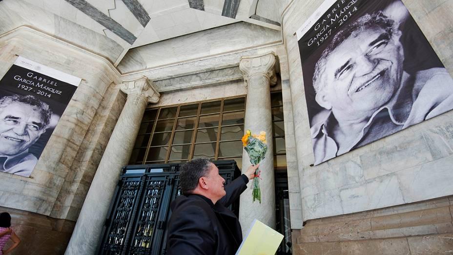 Admiradores prestam últimas homenagens a Gabriel García Márquez, nesta segunda-feira (21)