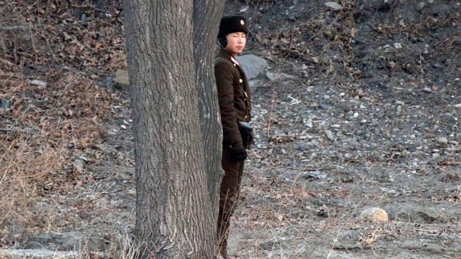 Soldado norte-coreano monta guarda nas margens do rio Yalu, durante cortejo fúnebre de Kim Jong-Il