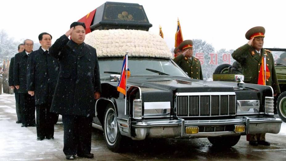 Novo líder da Coréia do Norte, Kim Jong-un e seu tio Jang Song-thaek acompanham o carro fúnebre em Pyangyong, Coreia do Norte
