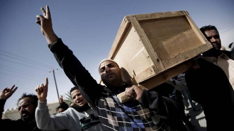 Funeral de um dos cinco líbios mortos durante  confronto com as forças de Kadafi, em Ajdabiya