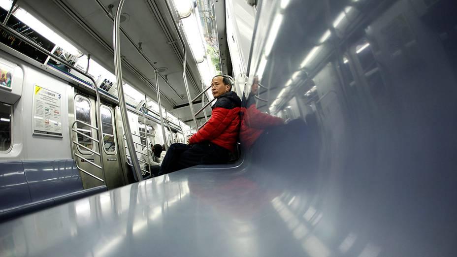 Passageiro pega o último trem da linha 4 do metrô de Nova York. linhas foram paralisadas antes da chegada do furacão Sandy