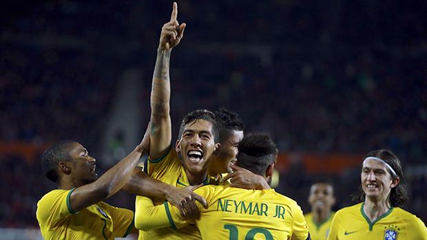 Roberto Firmino comemora segundo gol do Brasil