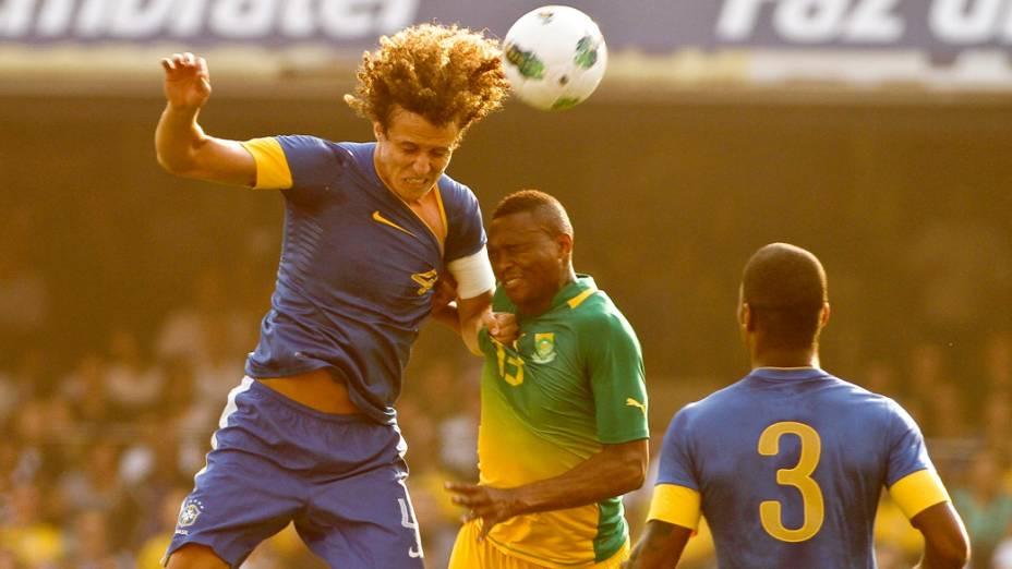 Davi Luis disputa bola com o jogador Furman, da África do Sul, durante amistoso realizado no estádio do Morumbi