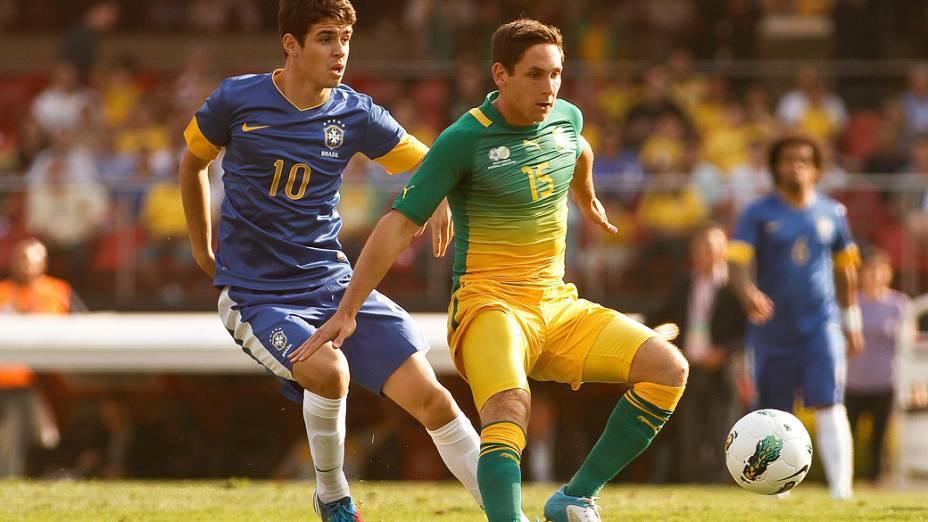 Oscar disputa bola com o jogador Furman, da África do Sul, durante amistoso realizado no estádio do Morumbi