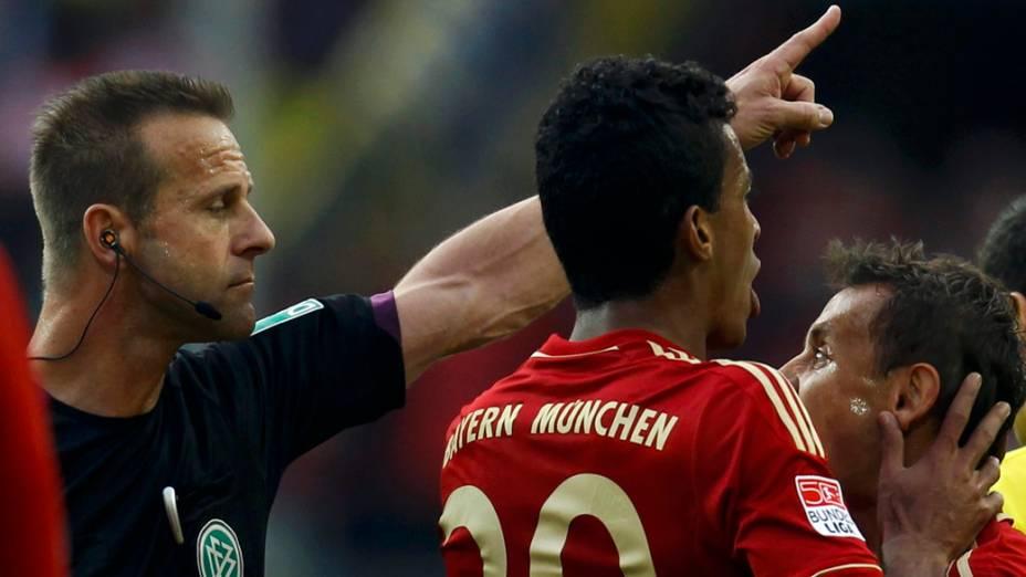 Rafinha do Bayern, leva cartão vermelho durante partida contra o Borrussia, na Alemanha